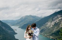 Hochzeitsfotograf: Brautpaar am wunderschönen Achensee in Tirol mit Blick auf die umliegenden Berge. WE WILL WEDDINGS | Hochzeitsfotografin Tirol / Innsbruck - WE WILL WEDDINGS