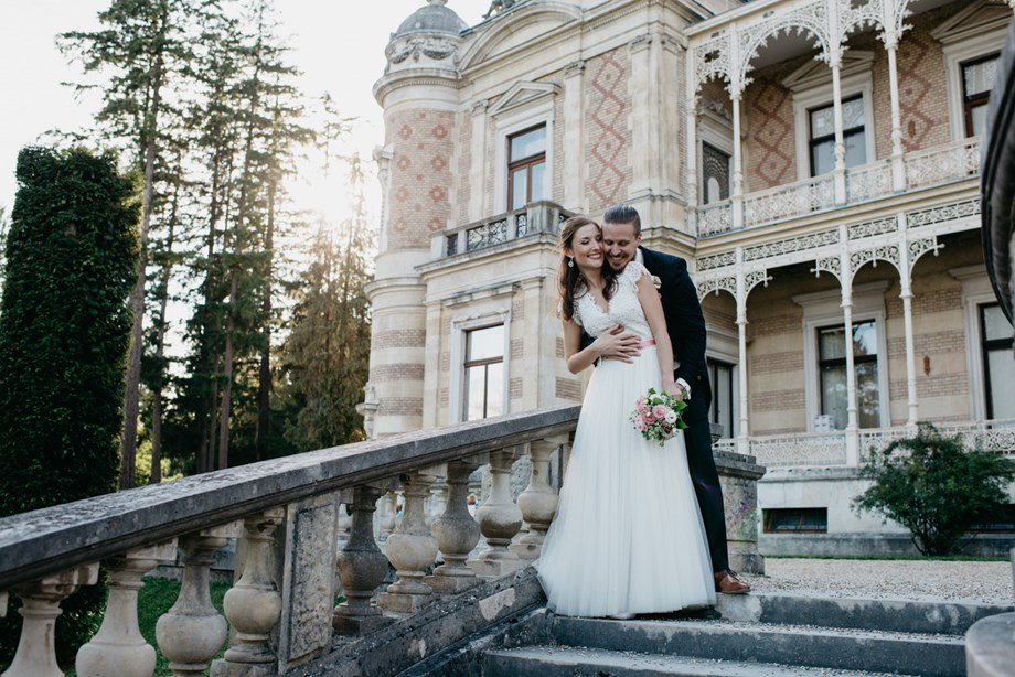 Hochzeitsfotograf: Brautpaar bei der Hermesvilla im Lainzertiergarten in Wien. WE WILL WEDDINGS | Hochzeitsfotografin Tirol / Wien - WE WILL WEDDINGS